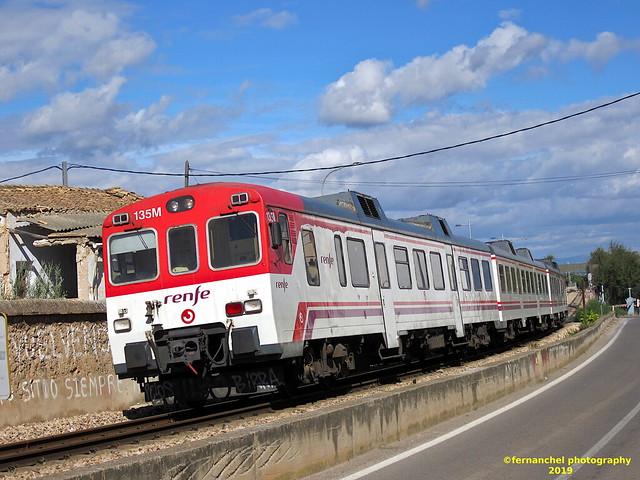 Tren de Cercanías de Renfe saliendo de la Estación de Ferrocarril de CHIVA (Valencia)