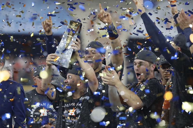 Jose Altuve捧起美聯冠軍賽最有價值球員獎座,與隊友慶祝晉級世界大賽。(達志影像)
