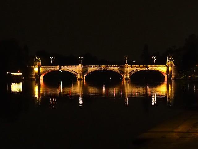Po river by night... Murazzi view.