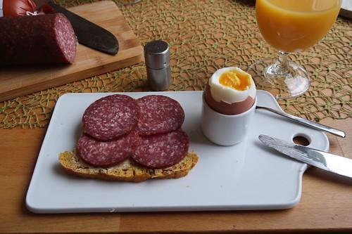 Rindersalami auf Kürbisdinkelhof zum Frühstücksei