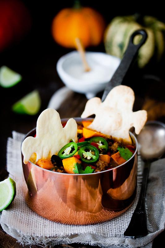 Chili con Kürbis mit Geister Tortilla Chips
