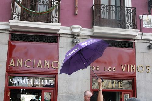 Anciano Rey de los Vinos y paraguas