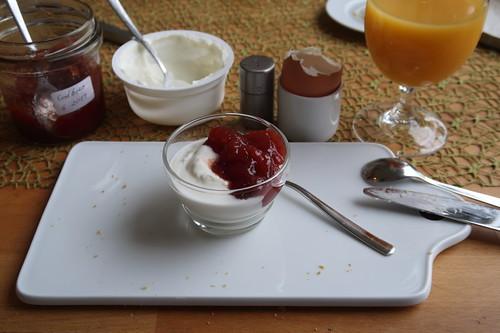 Joghurt mit Erdbeermarmelade
