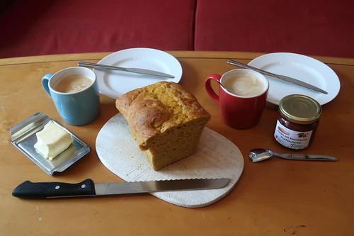 Kürbis mit Moosbeeren Fruchtaufstrich auf Kürbisdinkelbrot zum Nachmittagskaffee (Tischbild)