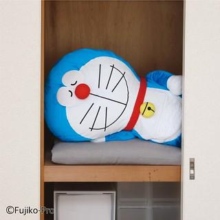 櫥櫃瞬間充滿安全感~FELISSIMO「哆啦A夢 晚安壁櫥棉被收納袋」(ドラえもん 押し入れでおやすみぬいぐるみ布団収納ケース)