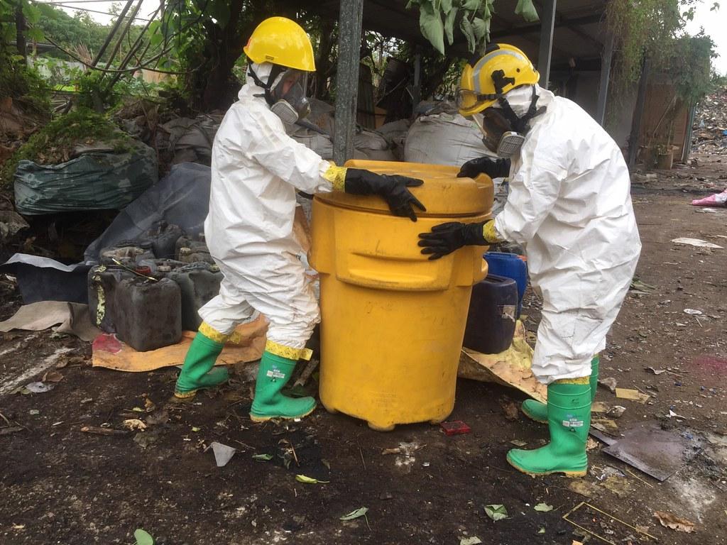 毒災應變人員隔離不明廢液容器
