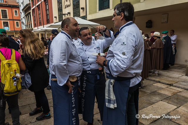 Desayuno y recepción de Cofradias en la Plaza del Fontán. VII. Capítulo Cofradía del Desarme de Oviedo, Principado de Asturias, España.