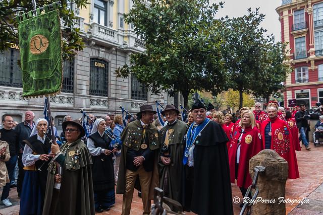 Traslado al edificio Histórico de la Universidad de Oviedo tras el Desayuno y recepción de Cofradias en la Plaza del Fontán. VII. Capítulo Cofradía del Desarme de Oviedo, Principado de Asturias, España.