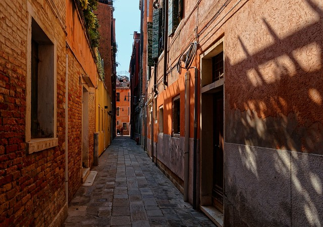 Venezia / Vicolo / Shadows and lights