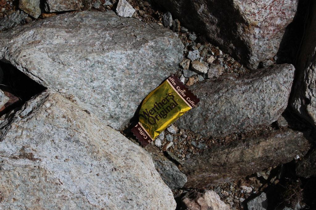 不經意隨手掏出的小垃圾,棄置山林永垂不朽。地點:嘉明湖國家步道。攝影:廖靜蕙