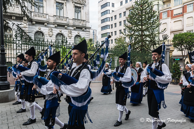 Desfile de las Cofradias tras el acto del VII. Capitulo de la Cofradía del desarme por las calles de Oviedo, Principado de Asturias, España.