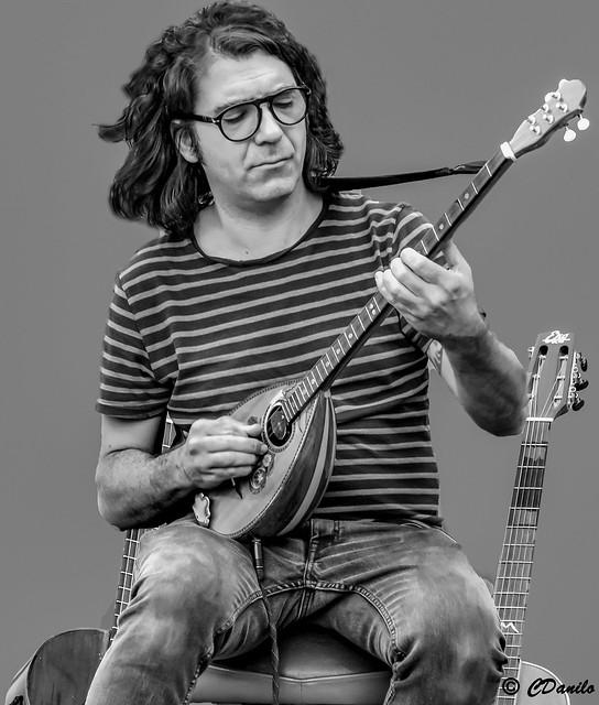 Virtuoso chitarrista suonatore di bouzouki