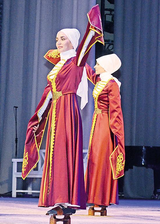 Когда на сцену вышли кавказские девушки, одна к одной, на высоких деревянных клепатинах и с трещотками в руках, отбивающих такт, мало кто понял, что это опять же сотрудники «Тархан», а не профессиональный коллектив