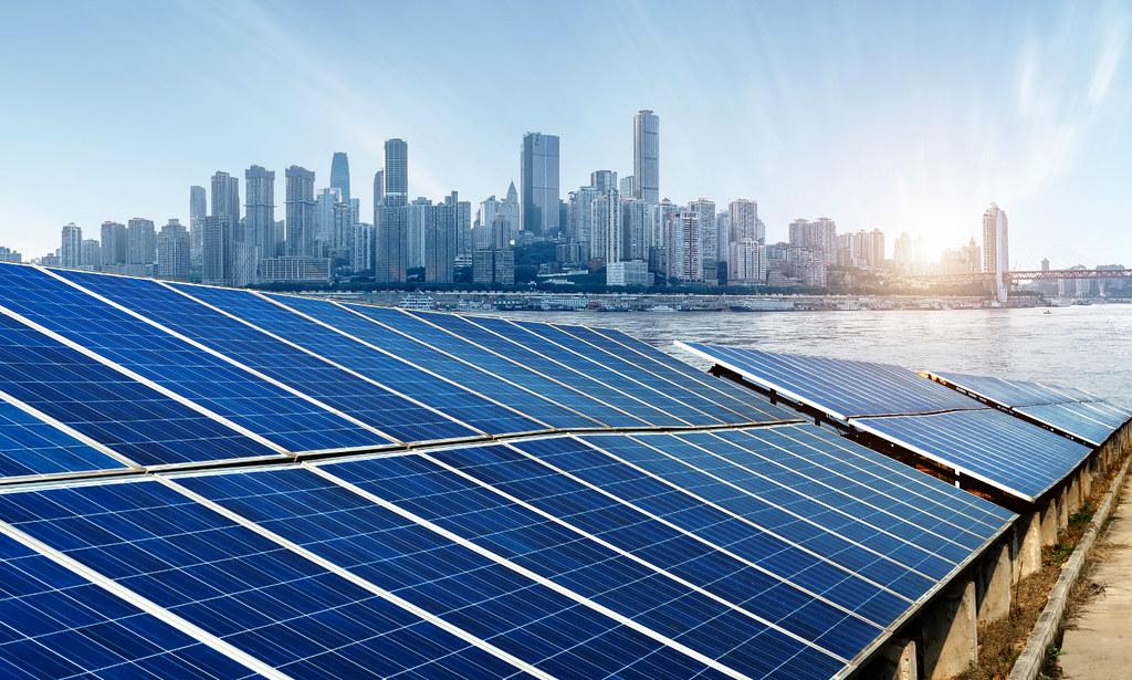 重慶市區的分散式太陽能板。圖片來源:Alamy