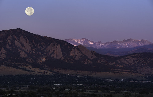 boulder bouldercounty colorado coloradorockies davidsonmesa flatirons huntermoon landscape rockymountains southernrockies autumn crepuscular crepuscularlight dawn fullmoon magichour moon moonset morning morninglight mountains sunrise louisville unitedstatesofamerica