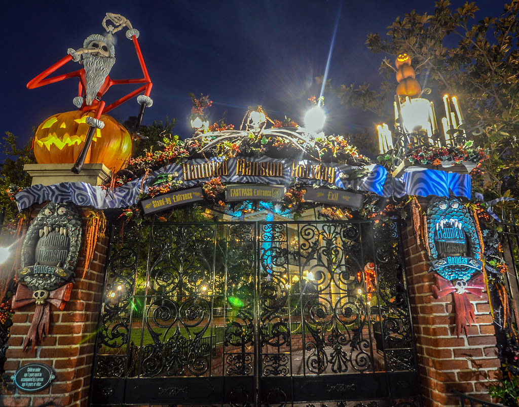 Haunted Mansion Holiday entrance DL