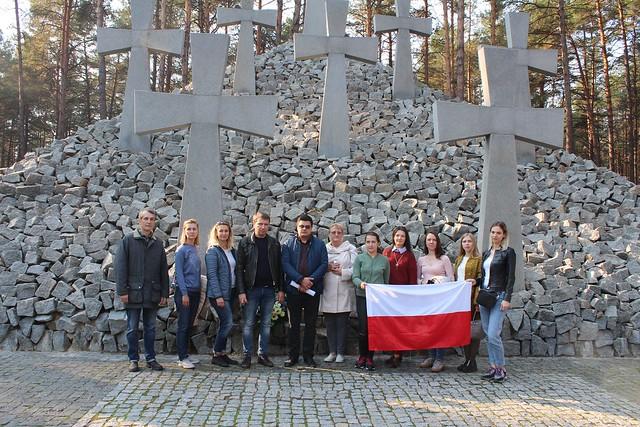 19 paźdtiernika 2019 członkowie TKP obok krzyży na polskim cmentarzu w Bykowni