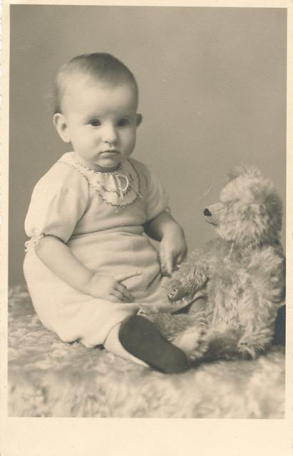 Kind mit Teddybär - auf der Rückseite steht in Handschrift