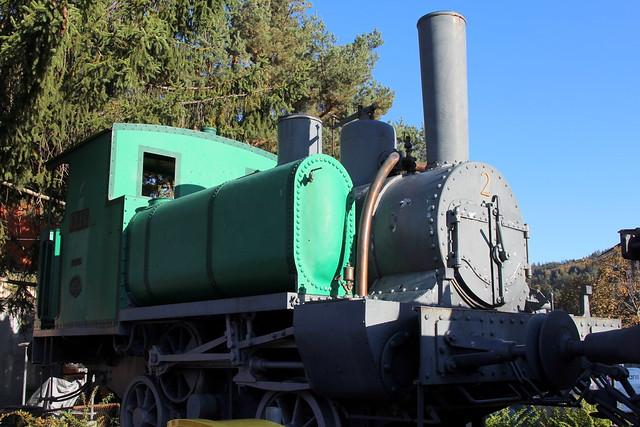 Dampflokomotive Nr. 2 Elfe der Steinbruchbahn Ostermundigen auf einem Sockel bei der Bushaltestelle Dreieck in Ostermundigen im Kanton Bern der Schweiz