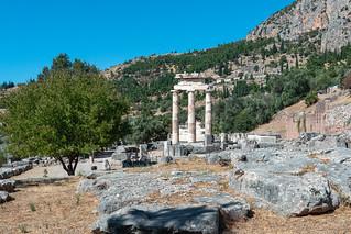 Ältäre und Tholos im Heiligum Athena Pronaia, Delphi