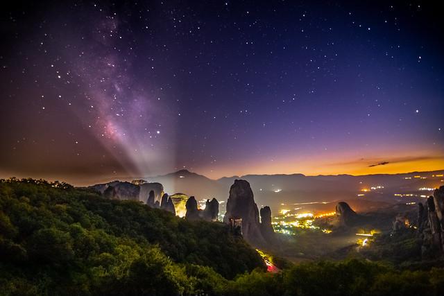 Milky Way sets over Meteora