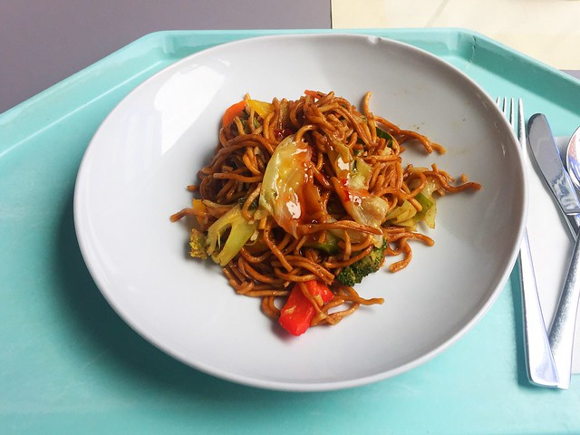 Fried mie noodles with asia vegs in red thai curry / Gebratene Mienudeln mit Asiagemüse in rotem Thaicurry