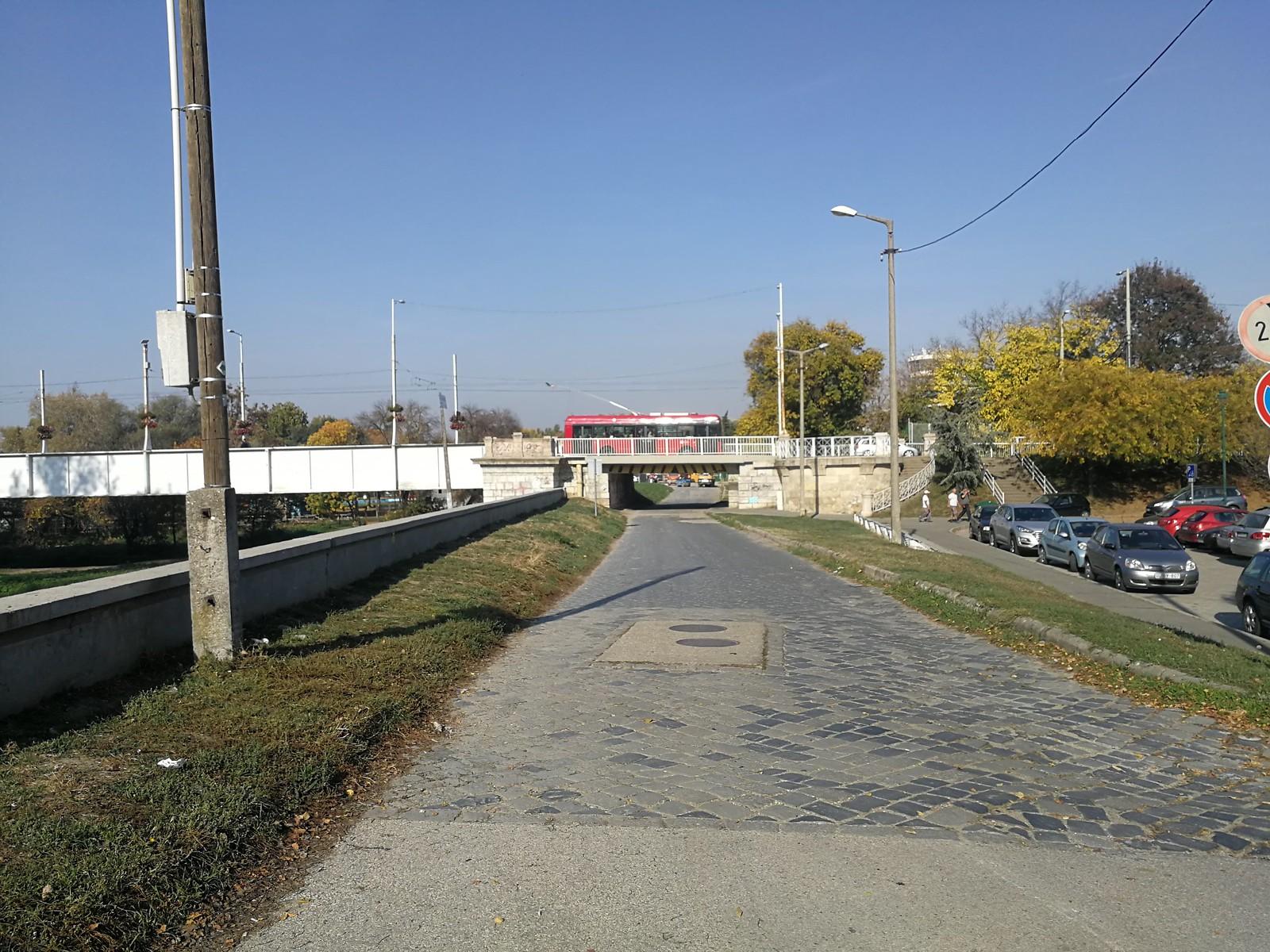 Mégsem kerül aszfalt a régi híd alatti kockaköves útra