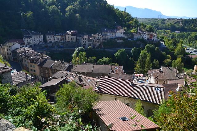 Un village de part et d'autre de la rivière