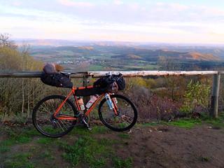 [Bikepacking Nordhessen] Isegrimm genießt die Fernsicht