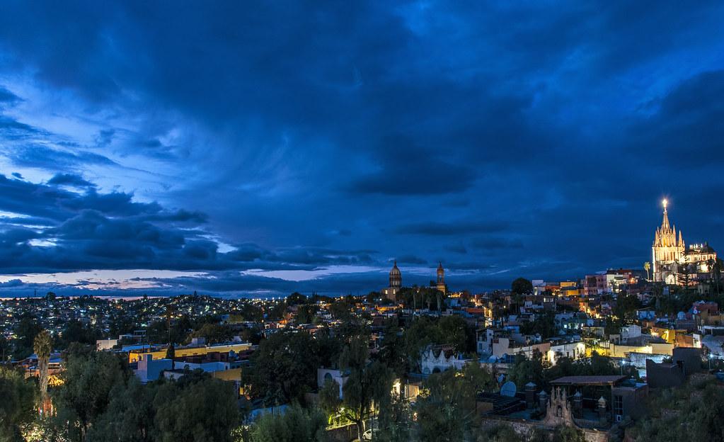San Miguel de Allende (Mexico) blue hourroquia de San Miguel Arcángel