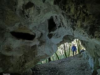 Daniel a l'entrée de la Grotte de la Cage au lit - Renédale - Vallée de la Loue