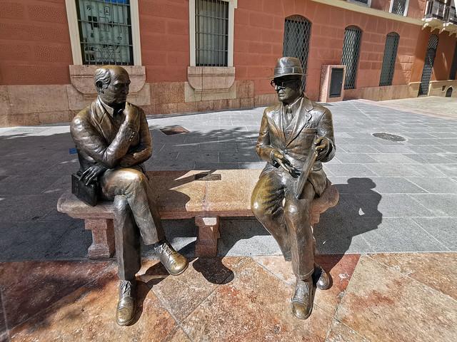 escultura de José María Fernández y José Antonio Muñoz Rojas el Arte sin Tiempo en plaza de San Sebastian Antequera Malaga
