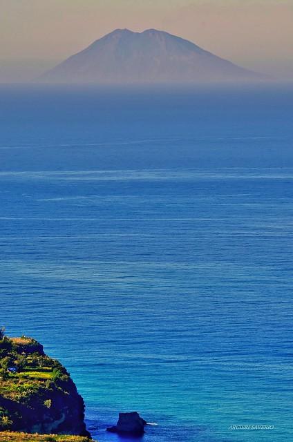 Stromboli (Iddu') visto dalla Calabria Italy
