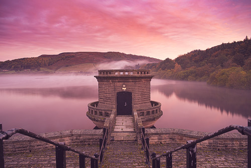 ladybower pumphouse peakdistrict sunrise pink mist reservoir landscape
