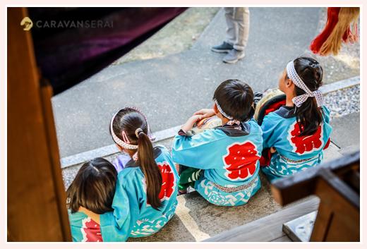 お祭り 法被を着た子供たちの後ろ姿
