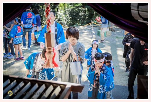 大目神社のお祭り 愛知県瀬戸市 神社で手を合わせる人