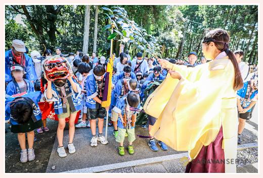 神社のお祭り 宮司が子供たちをお祓い