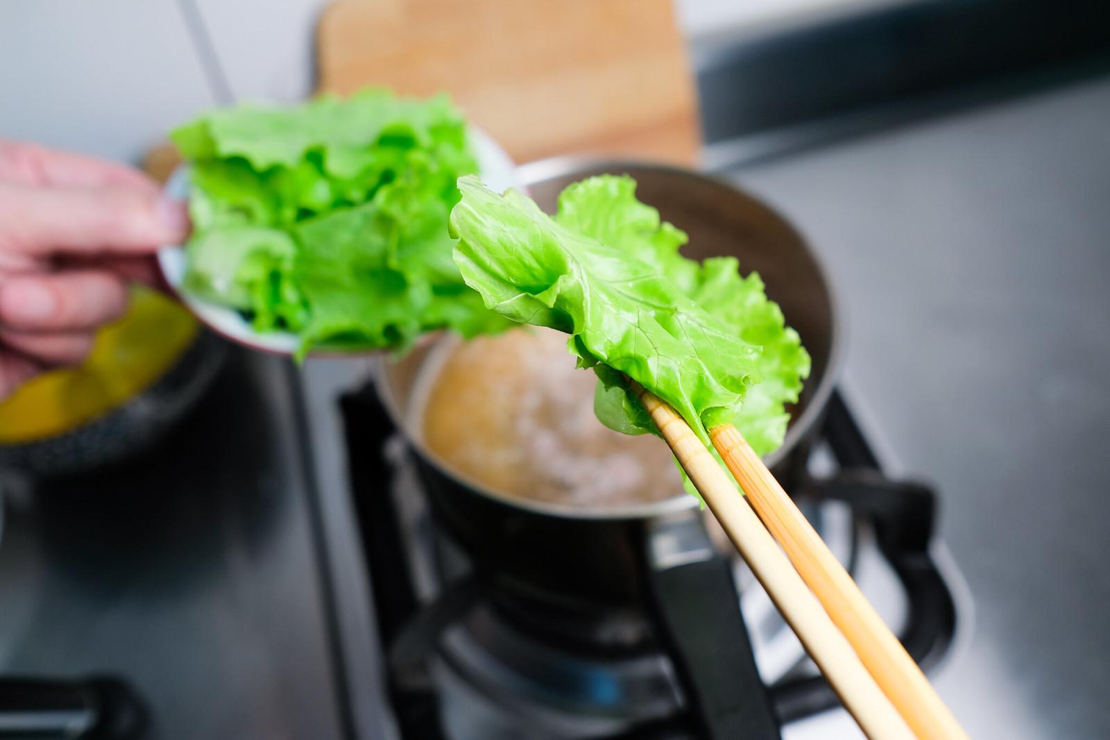 老協珍熬湯粥-牛肉蔬菜滑蛋-放入青菜