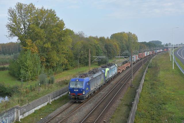 De 193 496 en 193 405 van BLS passeren het Vaanplein richting Maasvlakte op 23 oktober 2019.