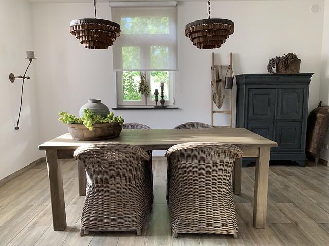 Eethoek rieten stoelen Hoffz lampen grijze kast