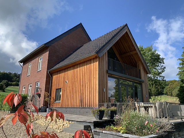 Boerderij houten aanbouw
