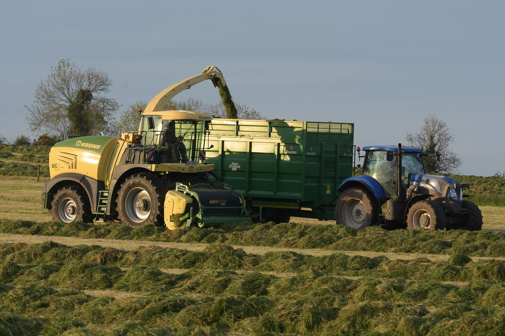 Krone Big X 630 SPFH filling a Broughan Engineering Mega HiSpeed Trailer drawn by a New Holland T7.200 Tractor