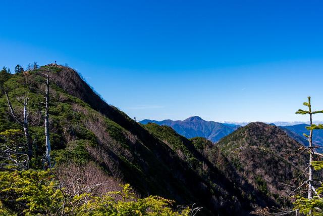 女峰山と帝釈山の間に日光白根山@三角点