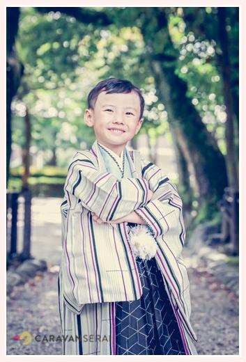 5歳の男の子の七五三 腕組みポーズ