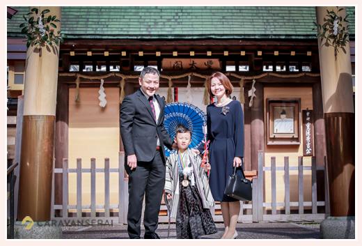 豊国神社で七五三 名古屋市中村区 和傘を持って家族写真