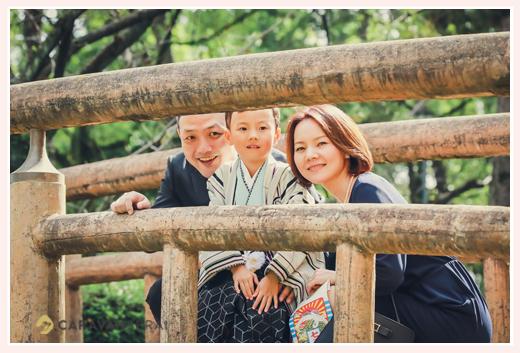 七五三のロケーションフォト 橋の上で家族写真