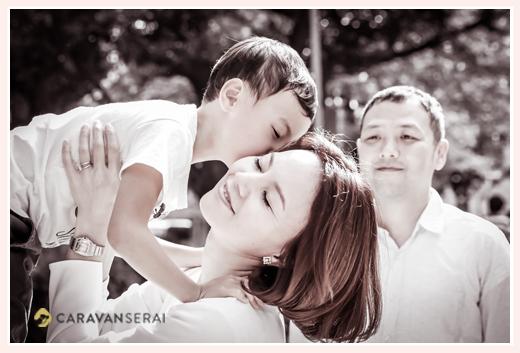 ママにキスする男の子