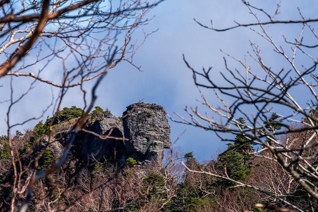 独標手前にて・・・今にも崩れそうな岩、、絶妙のバランスで積み重なっている