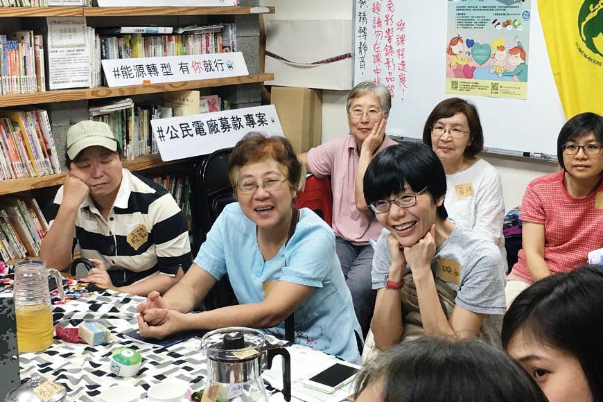 日光講堂北南分社場—社員討論在社區發電的可能,話匣子打開就停不下來。