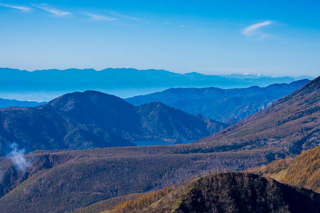 半月山・・・右奥の北岳と間ノ岳が白い